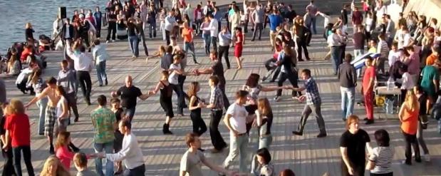 На специально-отведенных площадках преподадут уроки танцев всем желающим